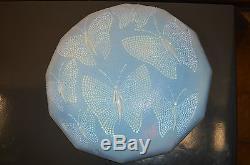 Coupe De Lustre Opalescente Art Deco En Verre Presse Avec Des Papillons