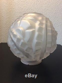 Grand globe plafonnier verre moulé décor floral géométrique signé Degué Art Déco