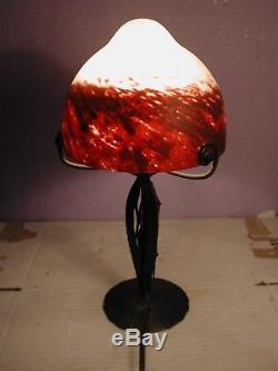 Lampe en fer forgé martelé Art déco Hauteur 31 cm obus en pâte de verre