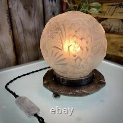 Lampe veilleuse signée Muller Frères Luneville. Motifs aux paons. Art Déco