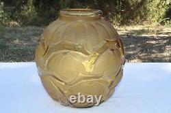 Le verre français Vase Verre Moulé aux Fruits stylisés Art Deco signé Verçais