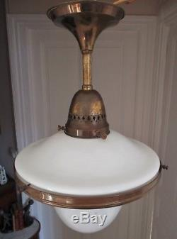 Lustre Art Déco 1930 verre opaline, monture cuivre style Holophane industriel