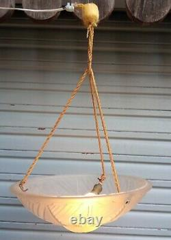 Plafonnier / lustre Art déco en verre moulé pressé blanc en état de marche