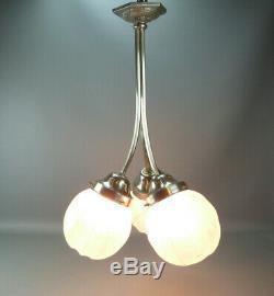 Ravissant lustre Art Déco trois branches, globes en verre dépoli, en bon état