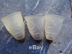 Trois tulipes art déco en verre moulé