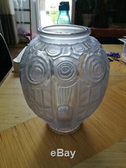 Vase art déco en verre pressé à décor floral André Hunebelle