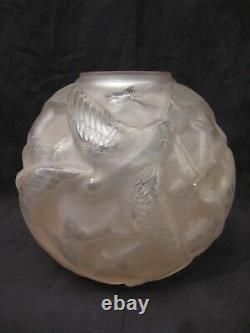 Vase boule en verre aux hirondelles signé Arvers époque art déco