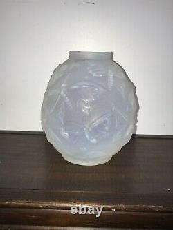 Vase en verre opalescent à décor de papillons de nuit Signé Verlys Art Deco